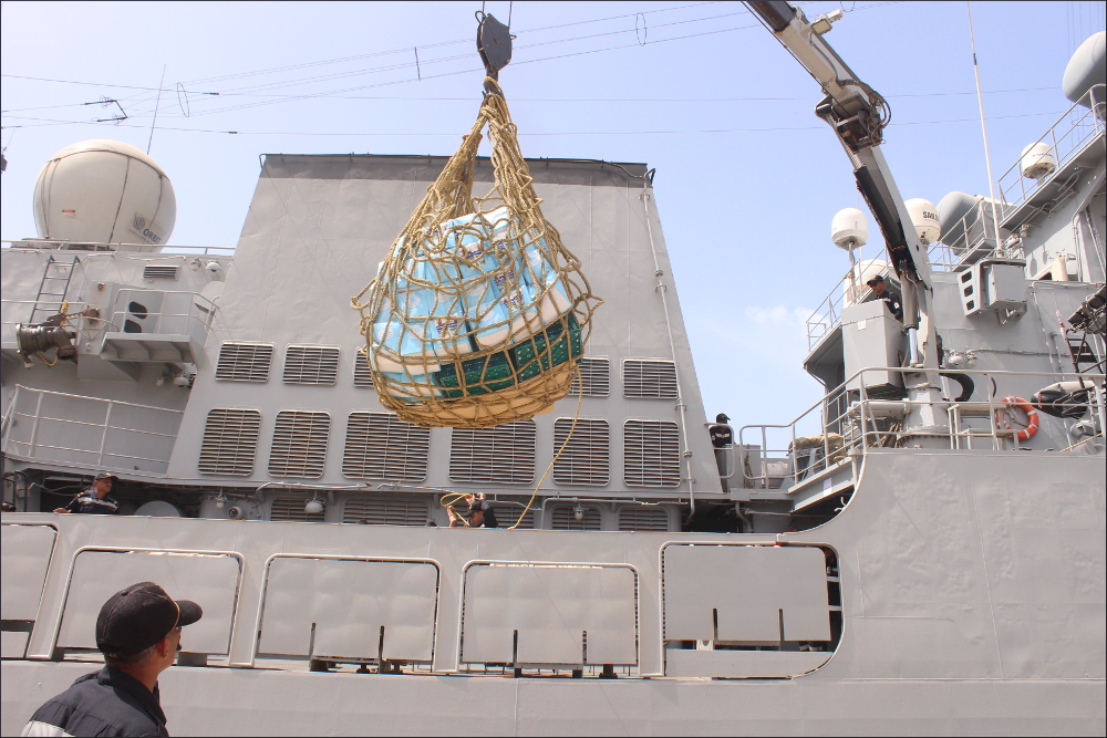 Visite du INS Tarkash F50 à Casablanca  Ration%20being%20embarked%20onboard%20by%20Palfinger%20Crane