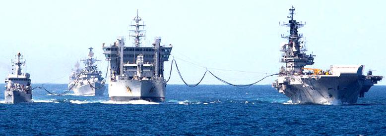 समुद्र में ईंधन भरते हुए भारतीय नौसेना के जहाज