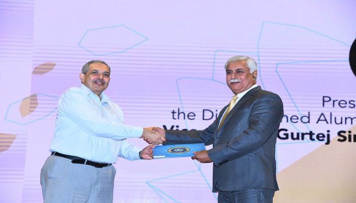भारतीय नौसेना के वाइस एडमिरल गुरतेज सिंह पब्बी, पीवीएसएम, एवीएसएम, वीएसएम, को आईआईटी मुंबई ने प्रतिष्ठित भूतपूर्व छात्र पुरस्कार से सम्मानित किया