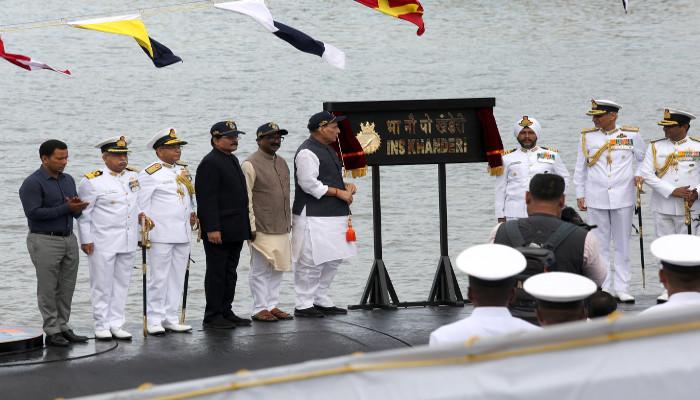 रक्षा मंत्री द्वारा मुंबई में भा नौ पो खंडेरी को कमीशन किया गया