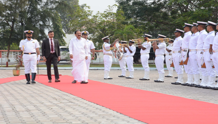 उपराष्ट्रपति ने पूर्वी नौसेना कमान, विशाखापत्तनम का दौरा किया